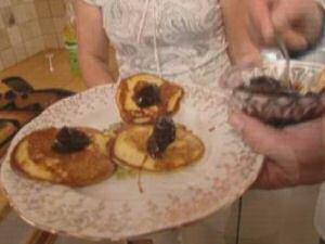 Kleine, dikke gistpannenkoeken met confituur geserveerd uit SOS Piet