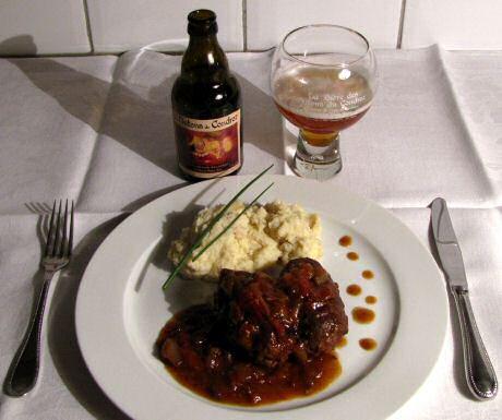 Lekkere blinde vinken met biersaus, geserveerd met aardappelpuree en een glas Les Nutons du Condroz bier