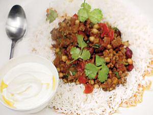 Chili con carne geserveerd met rijst en yoghurt