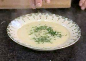 Een bord gebonden vissoep volgens een recept van Jeroen Meus
